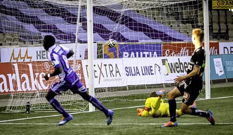 HJK:n Demba Savage (vas.) iski kaksi maalia TPS:n verkkoon.