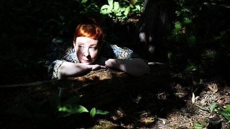 Näyttelijä Jenni Kokander lataa akkuja siivoamalla ja järjestelemällä.