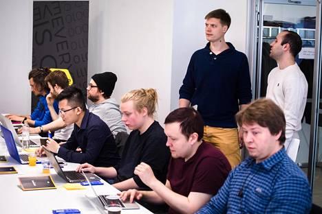 Eficoden teknologiajohtaja Marko Klemetti (vas.) ja Fast Developmentin Mutasim Bayati ottivat vastaan koodarikurssille tulleet opiskelijat.