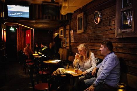 Anna K ei sulkenut perjantaina oviaan koronaviruksen takia. Sari Viima-Lehtimäki ja Jouni Lehtimäki olivat tulleet nauttimaan olutta viikon päätteeksi. Heitä ei korona murehdituta vielä muuten kuin talouden näkökulmasta.