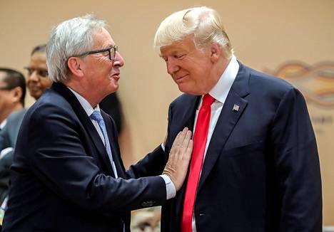 Euroopan komission puheenjohtaja Jean-Claude Juncker ja presidentti Donald Trump puhuivat G-20-kokouksessa Hampurissa kesällä 2017.