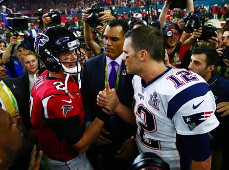 Ottelun pelinrakentajat Falconsin Matt Ryan (vas.) ja Patriotsin Tom Brady kameratulessa ottelun päätyttyä.