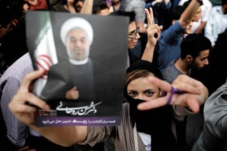 Kannattajat juhlivat Hassan Ruhanin vaalivoittoa lauantai-iltana Teheranissa.
