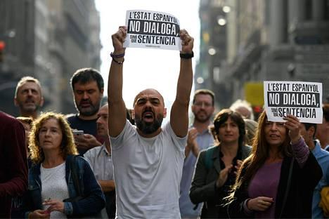 """Mielenosoittajia Barcelonassa maanantaina. Lapuissa lukee """"Espanja ei keskustele, se tuomitsee""""."""