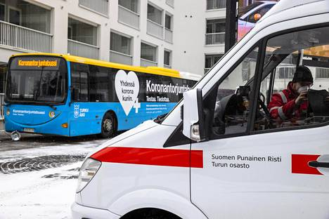 The mobile city of Turku's mobile corona information and testing bus arrived in the city's student village on Saturday morning to distribute free tests.