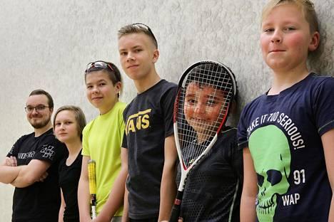 MyyrSquashin nuoret pallonlyöjät rivissä. Vasemmalta: valmentaja Luukas Raatikainen, Amanda Nyman, Jesse Konttinen, Nico Keränen, Omar Amer, Kasper Bäckström.