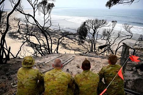 Sotilaat katselivat merta Mallacootassa paikalla, jossa tuli riehui runsasta viikkoa aiemmin. Kuva on otettu 10. tammikuuta.