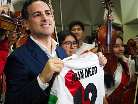 Perulainen tenori Juan Diego Flórez esitteli nimellään varustettua Perun jalkapallomaajoukkueen paitaa Limassa MM-kisojen aikaan kesäkuussa 2018.