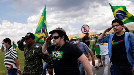 Bolsonaron kannattajat tukimarssilla 31. maaliskuuta. Samana päivänä vuonna 1964 Brasiliassa järjestettiin sotilasvallankaappaus, joka aloitti diktatuurin.