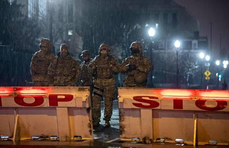Kansalliskaartin sotilaat huolehtivat pääkaupungin turvallisuudesta nyt yötä päivää.