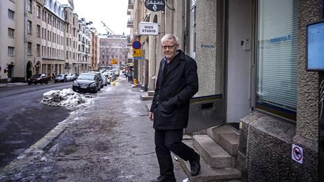"""Martti Pitkänen ja hänen muistisairas vaimonsa viettävät arkipäivät toimistolla Kruununhaassa. """"Tämä on erinomainen paikka olla töissä"""", Pitkänen kehuu."""