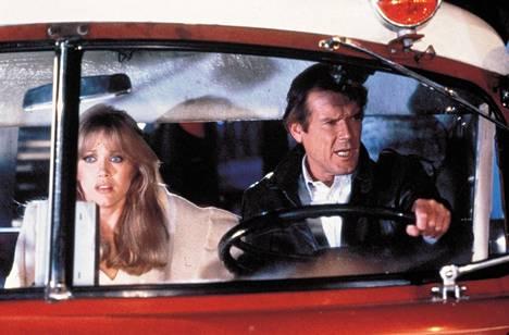 Tanya Roberts näytteli Bond-elokuvassa 007 ja kuoleman katse. Bondina oli tuolloin Roger Moore.
