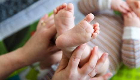 Suurin osa odottavista äideistä hakee äitiysavustusta. Siksi hakemusten perusteella voi ennakoida syntyvien lasten määrää ainakin parin kuukauden päähän.