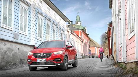 Grandland X on jyhkeä citymaasturi ja nelivetohybridinä yksi kaikkien aikojen tehokkaimpia Opeleita.
