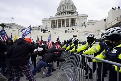 Presidentti Trumpin kannattajat rynnivät kongressirakennukseen.