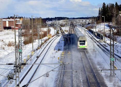 Juna pääradalla Keravalla.