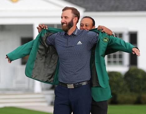 Dustin Johnson pukeutui marraskuussa Masters-voittonsa merkiksi vihreään takkiin, jonka viisinkertainen Masters-voittaja Tiger Woods auttoi hänen päälleen.