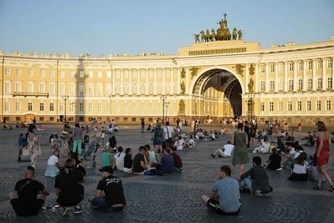 Pietarilaisia viettämässä aikaa Palatsiaukiolla kesäkuussa.
