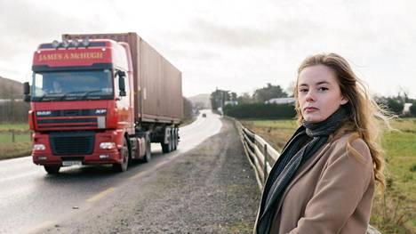 Pohjois-Irlannin rajalla syntynyt ja kasvanut Doire Finn seisoo valtionrajalla: toinen jalka Yhdistyneessä kuningaskunnassa ja toinen jalka Irlannin tasavallassa. Brexit uhkaa rajan avoimuutta ja koko Irlannin saaren arkea.