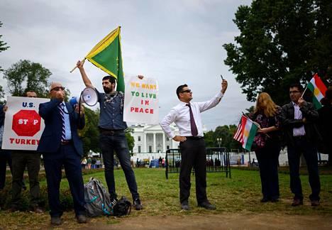 Kurdeja tukevat mielenosoittajat protestoivat presidentti Donald Trumpin ilmoitusta vastaan Washingtonissa Valkoisen talon edustalla tiistaina.