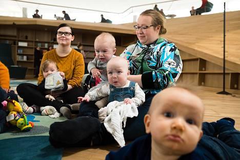 Sini ja Aukusti Kling (vas.), Jami, Isla ja Sara Kartaslammi sekä Ahti Lonnakko olivat Oodissa syyskuussa syntyneiden ja synnyttäneiden treffeillä.
