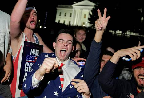 Trumpin kannattajat juhlivat Valkoisen talon edustalla Washingtonissa.