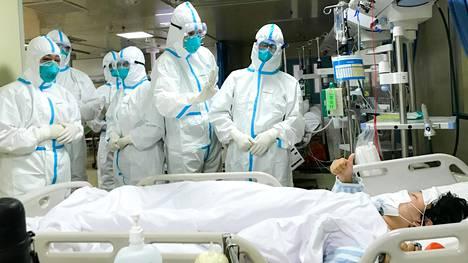 Kiinan armeijan lääkintäjoukkojen edustajat tapasivat koronavirustartunnan saaneen potilaan Hankoun sairaalassa Wuhanissa maanantaina.
