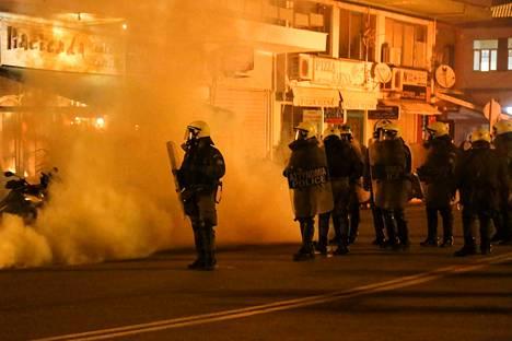 Poliisi käytti kyynelkaasua mellakoiden rauhoittamiseksi.