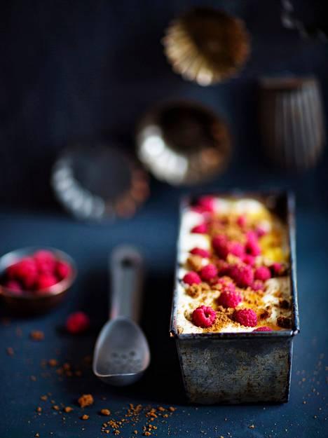 """Sanna Kekäläinen: """"Jouluna on paljon kokattavaa ja tehtävää, joten pidän ruuista, jotka voi valmistella etukäteen ja nostaa h-hetkellä suoraan pöytään. Sellainen herkku on vadelmainen jäädyke. Sen valmistamiseen vaaditaan hieman aikaa ja muutama kulhokin sotkeutuu, mutta lopputuloksena syntyy ihana jälkiruoka. Se odottaa syöjiä pakastimessa muutaman päivän."""""""