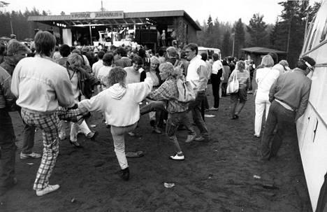 1987: Samantha Fox esiintyi Posion juhannus -tapahtumassa ennätysmäisen kylmänä kesänä.