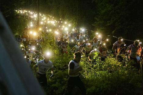 Jos Napapiiri-Jukola siirtyisi kesäkuulta elokuulle, se ei olisi enää yöttömän yön tapahtuma vaan otsalampuille olisi normaaliin tapaan käyttöä. Kuva Joensuun Jukolasta vuodelta 2017.