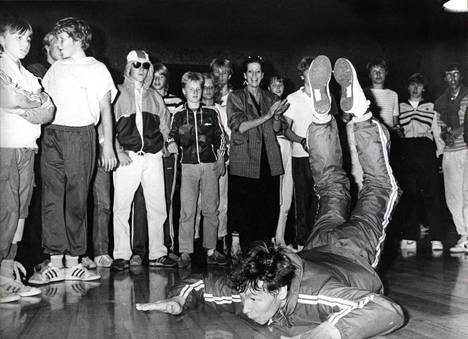Risto Pernun tyylinäyte breakdance-mestaruuden heinäkuussa 1984 pidetyissä, Aira Samulinin (takana) järjestämissä kisoissa.