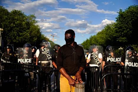 Mielenosoittaja protestoi Valkoisen talon edustalla Washingtonissa lauantaina.