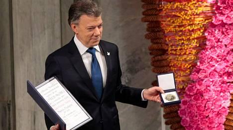 Rauhansopimuksen Kolumbiaan neuvotellut presidentti Juan Manuel Santos otti vastaan Nobelin rauhanpalkinnon Oslossa 9. joulukuuta.