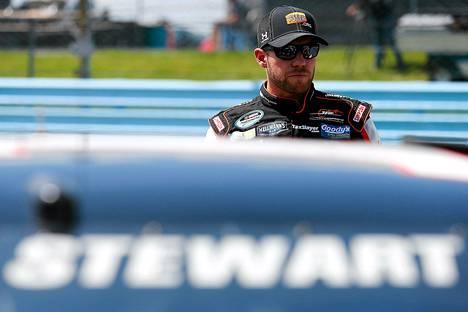 Tony Stewart ajoi kilpakumpani Kevin Ward Jr:n päälle lauantaina Canandaiguan moottoriradalla.
