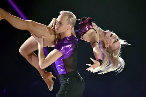 Näyttelijä Christoffer Strandberg ja Jutta Helenius selvittivät tiensä Tanssii tähtien kanssa -kisan finaaliin. Kuva 29. syyskuuta kisatusta jaksosta.