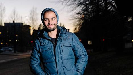 Syyrialainen pakolainen Omran sanoo olevansa yksinäinen ilman veljiään. Hän viettää viikonloput Espoossa, josta suomalainen tukiperhe auttoi häntä löytämään asunnon.