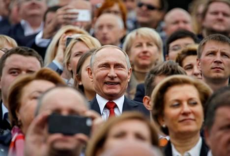 SUURI JA MAHTAVA. Vladimir Putin on ollut Venäjän johdossa koko 2000-luvun. Presidenttinä ensin vuosina 2000-08 ja toisen jakson vuodesta 2012 alkaen. Välillä hän joutui tyytymään pääministerin virkaan. Nykyinen presidenttikausi jatkuu ainakin vuoteen 2024 saakka. Presidentti Putin kansalaisten keskellä Moskovassa syyskuussa 2016.