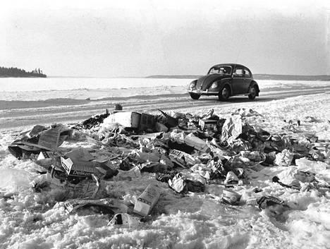 Kuormallisia jätteitä on kertynyt autoilijoiden jäljillä Luonnonmaan-Rymättylän jäätielle, jota käytetään runsaasti saaristoon ulottuvilla matkoilla.