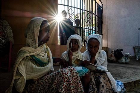 Ortodoksikristityt tytöt leikkivät Pyhän Yrjön kirkon ulkopuolella Bahir Darin kaupungissa Amharan osavaltiossa Etiopiassa viime viikon torstaina. Lähes puolet etiopialaisista kuuluu ortodoksikirkkoon.
