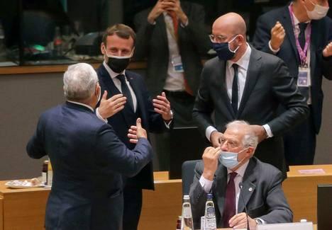 EU-johtajat kokoontuivat Brysseliin torstaina. Ranskan presidentti Emmanuel Macron keskusteli Eurooppa-neuvoston johtajan Charles Michelin kanssa.