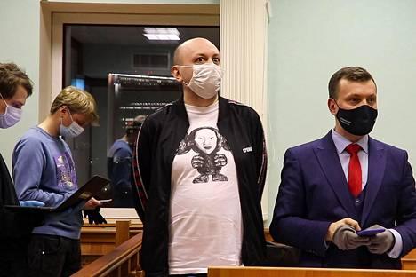Mediazona-sivuston päätoimittaja Sergei Smirnov (kesk.) osallistui vetoomusoikeudenkäyntiinsä maanantaina Moskovassa. Tuomari lyhensi hänen 25 vuorokauden vankeuttaan kymmenellä päivällä.