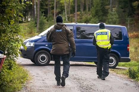 Poliisit vartioivat Airiston Helmen alueelle johtavaa tietä Ybbernäsissä lauantaina.