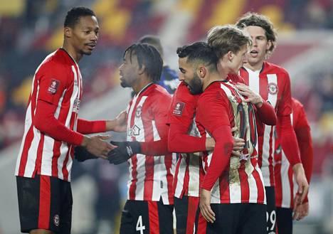 Brentfordin joukkueesta on löytynyt useita koronavirustartuntoja. Vielä lauantaina lontoolaisseuran pelaajat juhlivat cupin ottelussa, mutta tällä viikolla Brentford ei pääse tositoimiin.