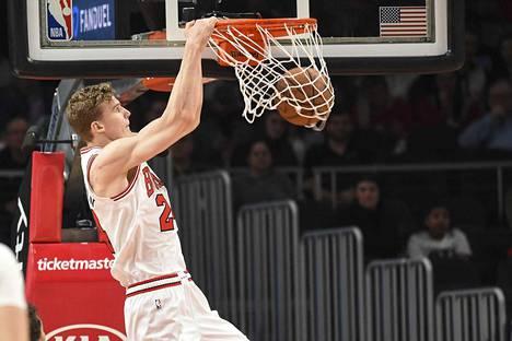 Chicago Bullsin Lauri Markkanen donkkasi näyttävästi yhden pelitilannekoreistaan Atlanta-ottelussa perjantai-iltana.