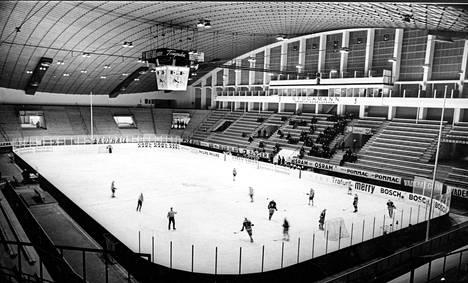 Sisäkuva Tampereen uudesta jäähallista helmikuussa 1965.