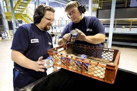 Marko Schulte ja Kari Kajander valvoivat tölkkien painatuksen laatua Rexam-tölkkitehtaalla Mäntsälässä torstaina.