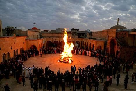 Irakilaiset kristityt viettivät juhlapäivää aattoillan messussa al-Hamdaniyassa lähellä Mosulia.