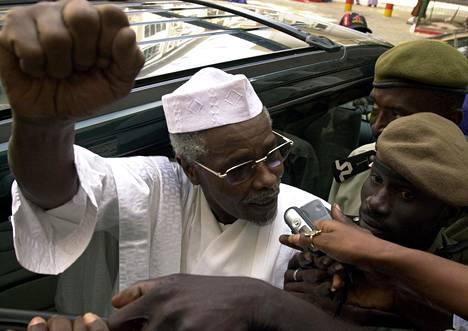 Tšadin entinen presidentti Hissene Habre valitustuomioistuimen ulkopuolella Dakarissa 2005, jolloin tuomioistuin kieltäytyi luovuttamasta häntä Belgiaan.
