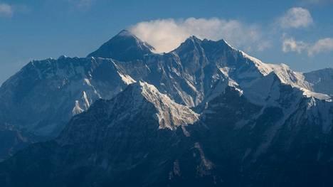 Mount Everestille kiipeää vuosittain satoja ihmisiä, mutta talvella yrittäjiä on harvassa.